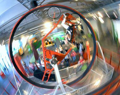 Liker du å sykle? På VilVite kan du sykle 360 grader i loop i Sentrifugalskapen. Eneste i sitt slag i Europa!