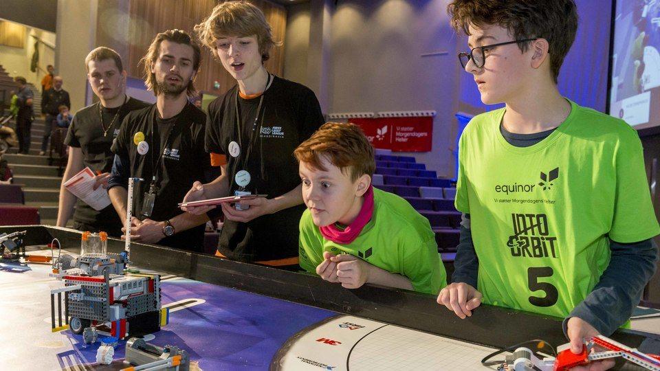 Full konsentrasjon under robotkjøringen på FLL 2018 i Bergen.
