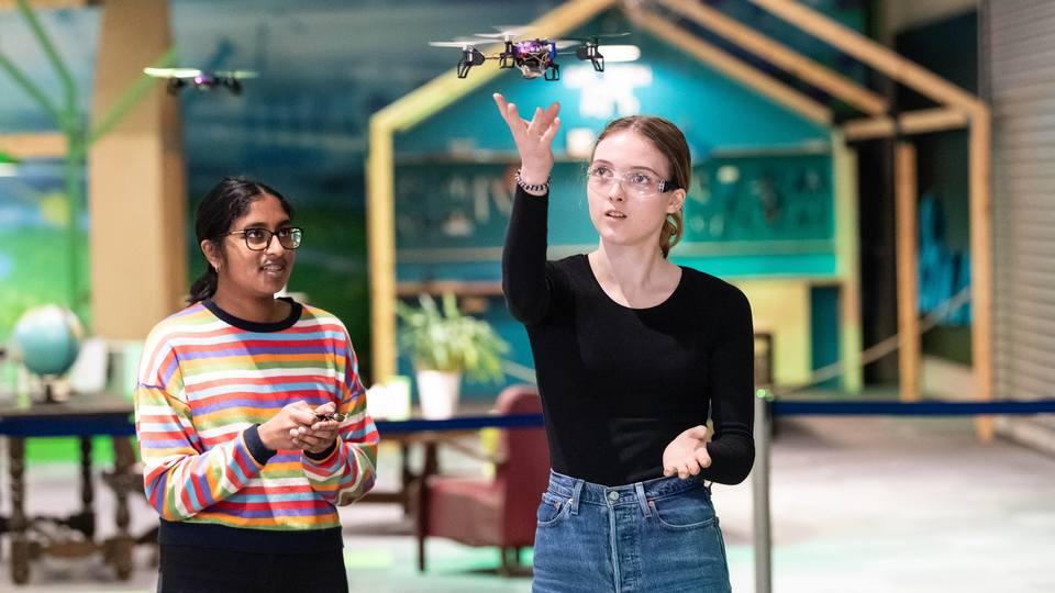 Thevaky og Camilla finpusser på flyferdighetene. Dronekjøring er ikke bare lett.
